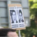 Plakat: Manning freilassen; Snowden beschützen